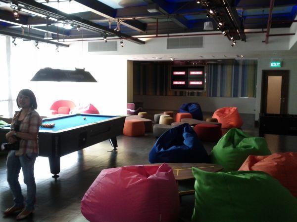 aloft-sukhumvit-11-bangkok-lobby-pool-table
