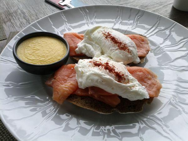 le-meridien-koh-samui-resort-spa-resort-breakfast-eggs-benedict-salmon-sauce-on-the-side