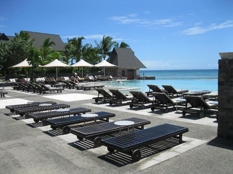 intercontinental-fiji-pool-sun-chairs-around