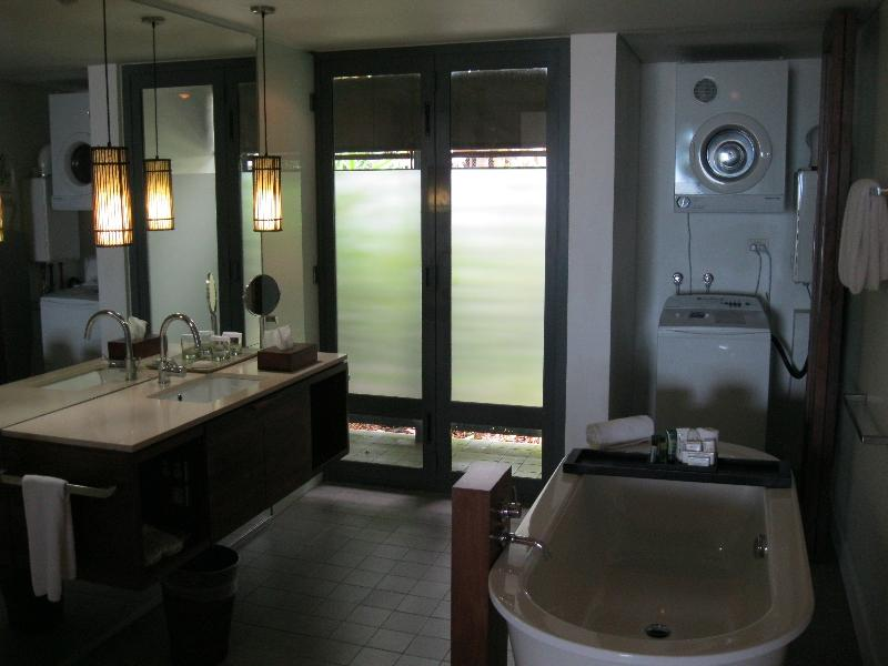 hilton-fiji-beach-resort-spa-suite-2801-bathroom-general-view