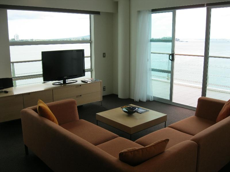 hilton-auckland-suite-705-living-room