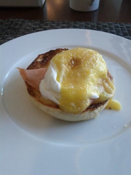 courtyard_bali_breakfast_smoked_salmon_eggs_benefict_september_2011