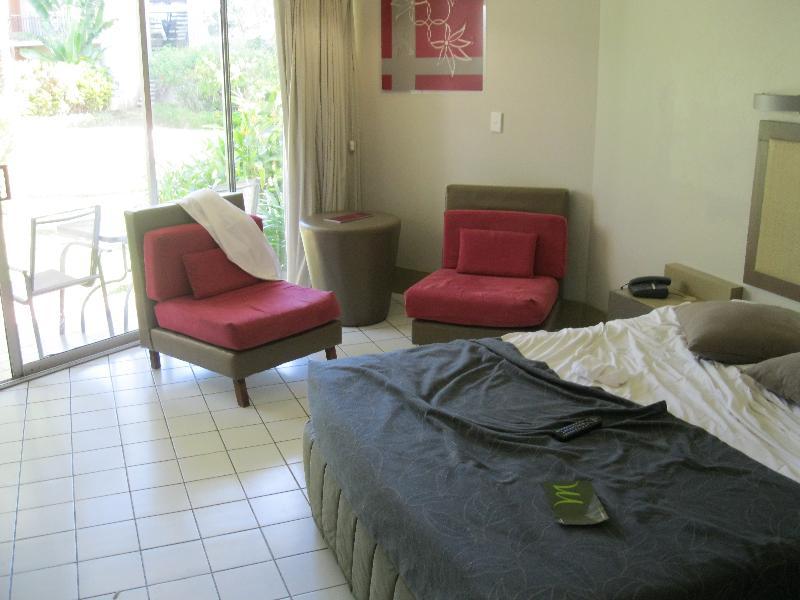 mercure-nadi-room-120-bed-sitting-area