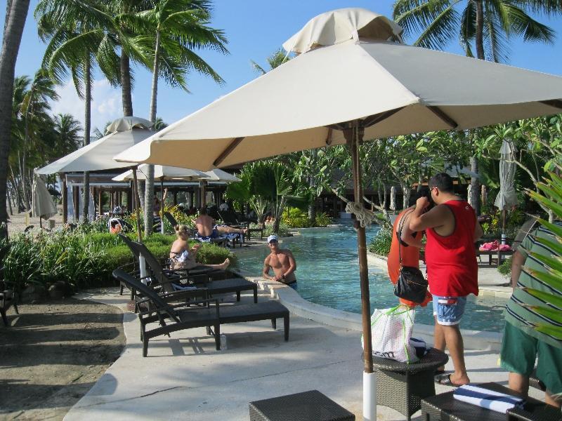 sheraton-fiji-pool-sun-chairs