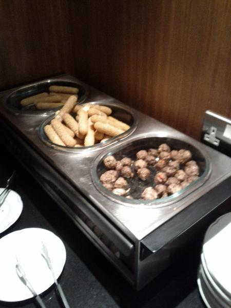 sheraton-heathrow-club-lounge-hot-items