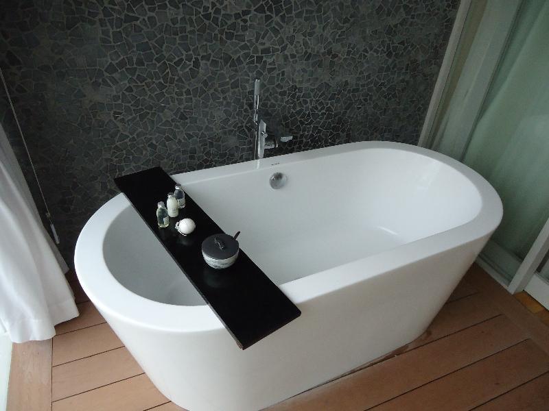 the-stones-hotel-legian-balcony-bathtub-other-view